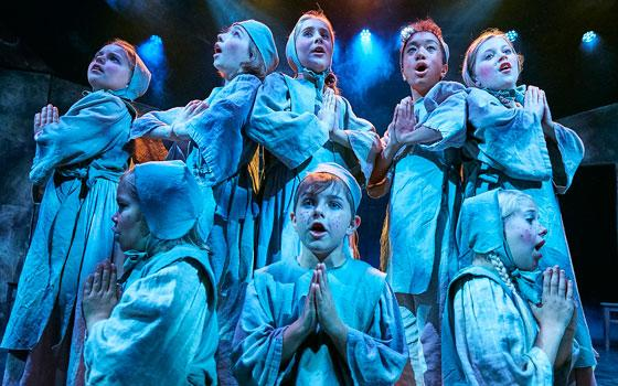 """Børnehjemsbørn fra Eventyrteatrets musical """"Kongen og Tiggertøsen"""" 2017 - foto: Ole Mortensen"""