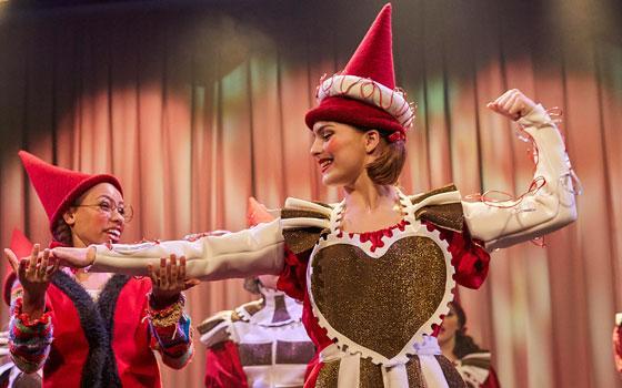 """Mia Lindgreen th. som frk. Kugle i Eventyrteatrets musical """"Julekortet"""" 2018 - foto: Ole Mortensen"""