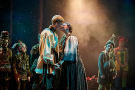 Foto fra Fugl Fønix musical teater spillet i Glassalen i Tivoli - kyssebillede