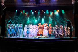 Fra Eventyrteatrets familiemusical Skovens Dronning, oktober 2019, Glassalen i Tivoli - Eventyrteatret i Glassalen - alle på scenen - teater, børneteater, musical