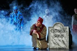 """Foto fra Eventyrteatrets julemusical """"Et Juleeventyr"""", december 2012, Glassalen i Tivoli, ved gravstenen"""