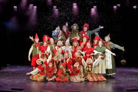 """Foto fra Eventyrteatrets julemusical """"Et Juleeventyr"""", december 2012, Glassalen i Tivoli, alle medvirkende"""
