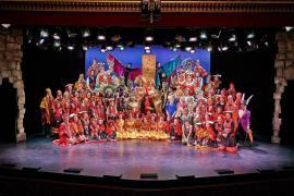 """Foto fra Eventyrteatrets familiemusical """"Eldorado"""", Glassalen i Tivoli oktober 2013, alle medvirkende"""