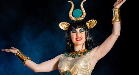 Sofie Løland som kærlighedsgudinden Hathor i Eventyrteatrets musical Nilens Stjerne 2016