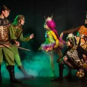 """Naturvæsener (Sprites) samt Robin af Locksley, Lady Marian og Rosalinde fra Eventyrteatrets musical """"Robin Hood"""" - kostumer: Christine Brincker - foto: Hergaard Fotografi"""